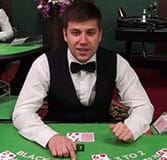 Victor este dealer la Bucharest Grand Roulette