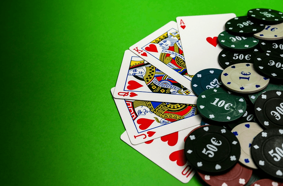 Imagine cu jetoane și cărți de poker